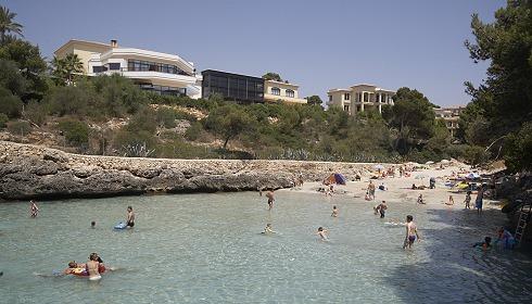 Strand mit Clubanlage